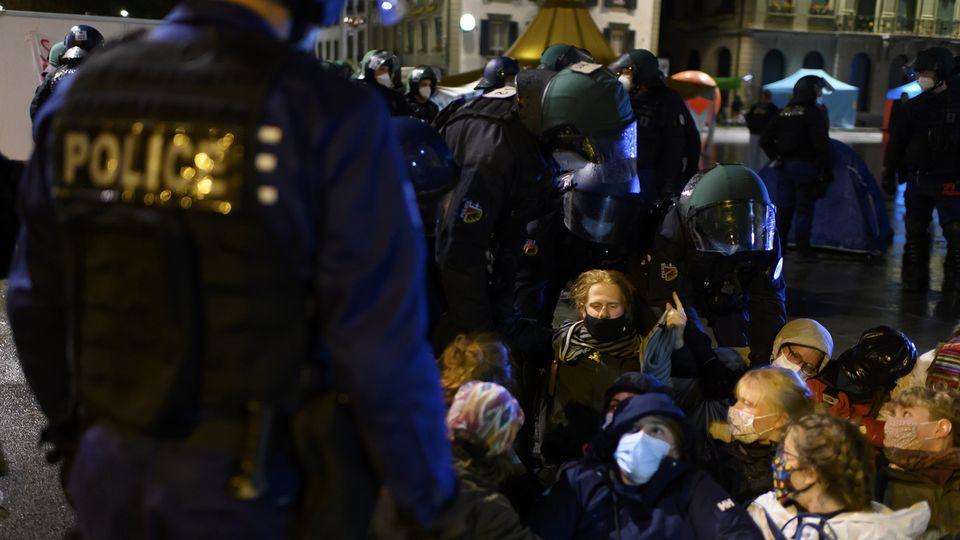 La police procède à l'évacuation des activistes du climat de la Place fédérale. [Anthony Anex - Keystone]