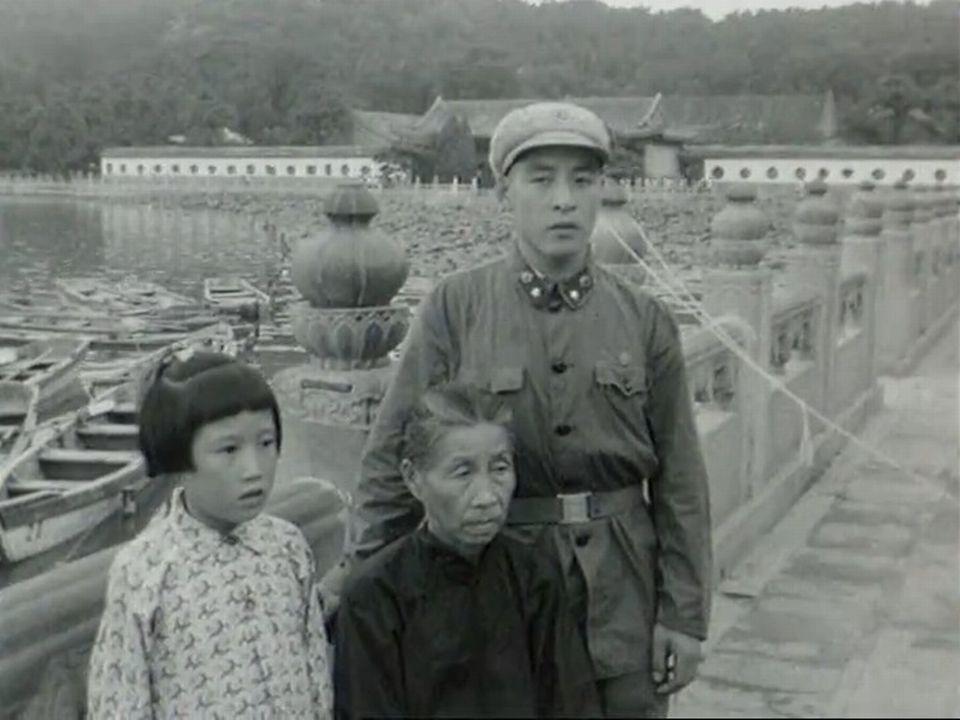 Une famille au bord du lac un dimanche à Pékin en 1966. [RTS]