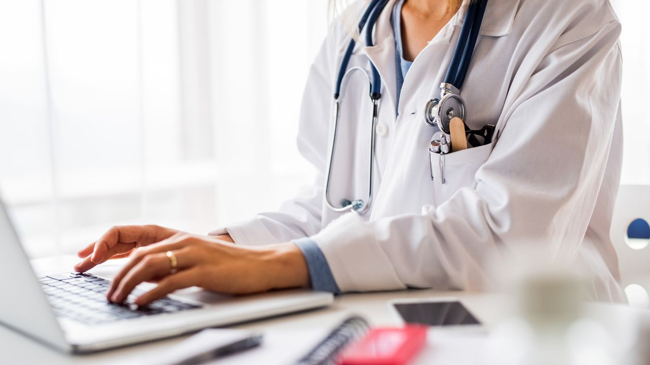 Quelles est le montant des prestations pécuniaires versés par les pharmas aux professionnels de la santé? [halfpoint - Depositphotos]