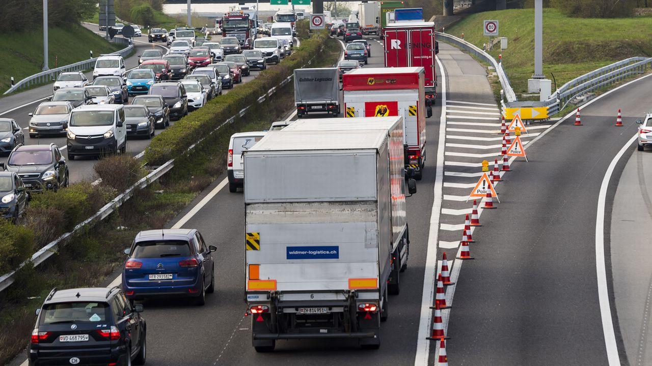 La route représente aujourd'hui 63% de tous les transports de marchandises.  [Laurent Gilliéron - Keystone]
