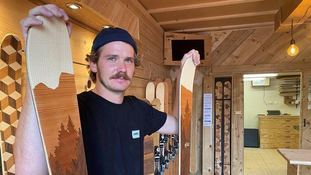 Lucas Bessard fabrique des skis dans son atelier à Cuarnens. [Floriane Galaud - RTS]