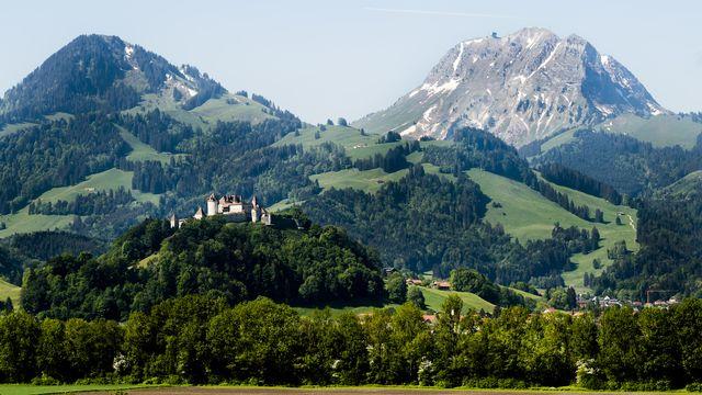 Le château de Gruyères devant le Moléson. [Jean-Christophe Bott - Keystone]