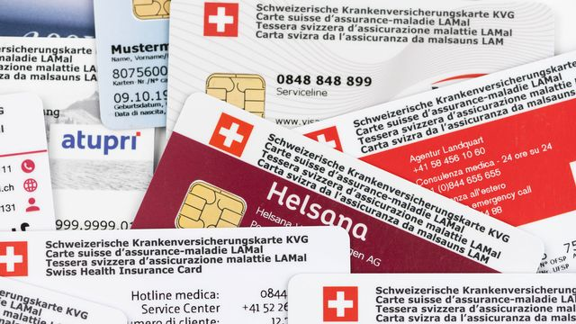 La prime moyenne de lʹassurance maladie obligatoire en Suisse augmentera lʹannée prochaine de 0,5%. Une hausse modérée, mais qui ne masque pas le besoin de réforme du système de santé pour maîtriser les coûts. La question des réserves excédentaires des assureurs est dʹailleurs à nouveau sur la table, puisque le Conseil fédéral propose dʹadapter lʹOrdonnance sur la surveillance de lʹassurance afin dʹinciter les assureurs-maladie à calculer les primes au plus juste des coûts et dʹéviter des réserves excessives. Jérôme Zimmermann reçoit Adrien Kay, responsable communication de la faîtière Curafutura. [Christian Beutler - Keystone]