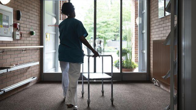 Une soignante dans une EMS zurichois. (image d'illustration) [Gaetan Bally - Keystone]