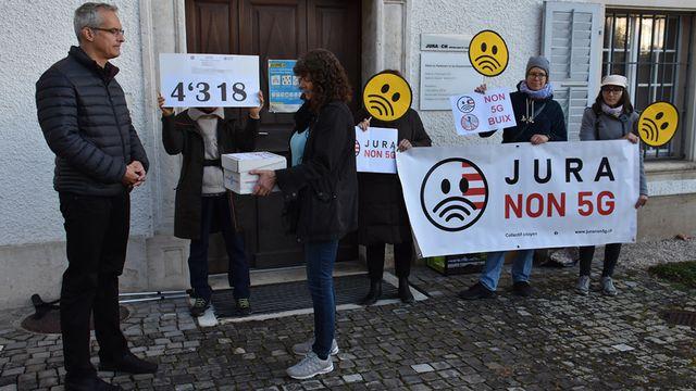 L'opposition à la 5G dans le Jura dépose une pétition munie de 4318 signatures. [Gaël Klein - RTS]