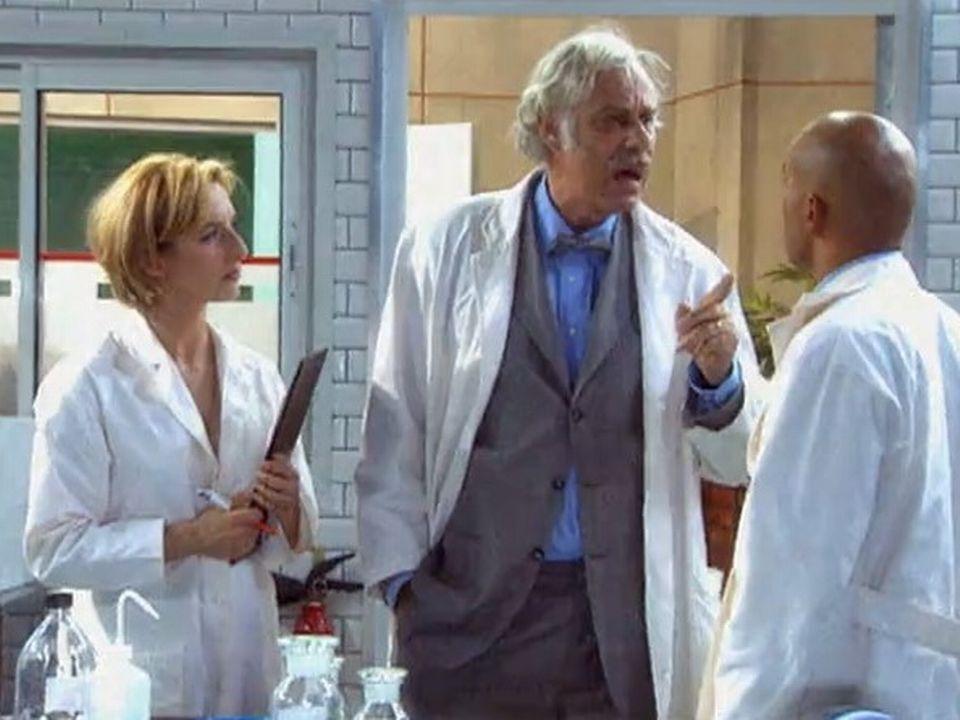 Jean-Luc Bideau, dans la série H, entouré de Sophie Mounicot et d'Eric Judor, 2000. [RTS]