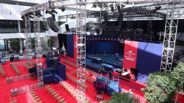 La scène est prête pour le débat télévisé Trump-Biden, grand-messe incontournable depuis les années 1960. [MICHAEL REYNOLDS - EPA]