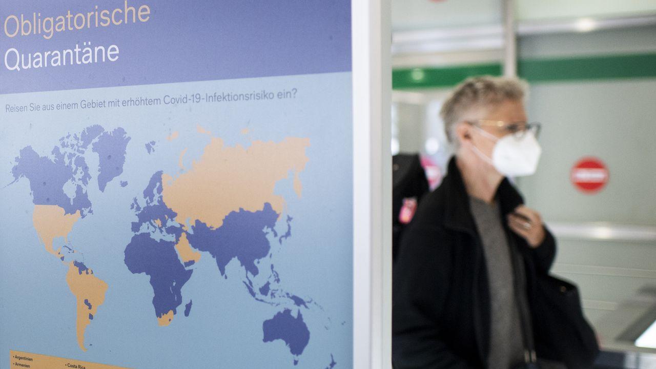 Les quarantaines au retour de pays à risque pourraient être raccourcies en Suisse. [Ennio Leanza - Keystone]