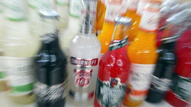 AddictionSuisse relève qu'il est plus facile d'acheter de l'alcool pour une fille.  [Urs Flueeler - keystone]