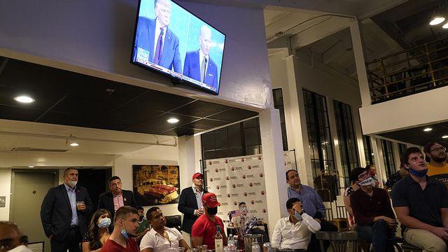 De jeunes républicains suivent le débat présidentiel, mardi 29 septembre. [Lynne Sladky - AP Photo - Keystone]