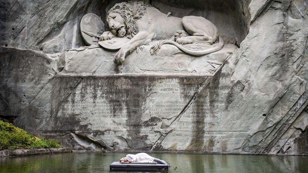 L'artiste Barbara Kiener dans une performance devant le Lion de Lucerne. [Urs Flueeler - Keystone]