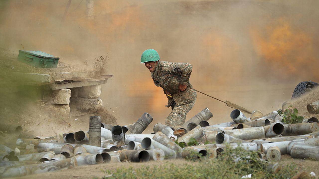 Un artilleur arménien en action dans le Haut-Karabakh, le 29 septembre 2020.  [Sipan Gyulumyan/Armenian Defense Ministry Press Service/PAN Photo via AP - Keystone]