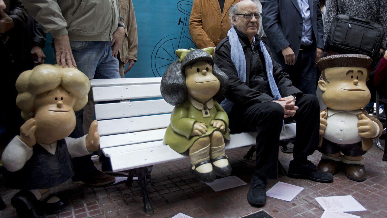 Le dessinateur Quino, photographié ici aux côté de son personnage phare Mafalda, est décédé mercredi à l'âge de 88 ans. [Jose Luis Cereijido - Keystone]