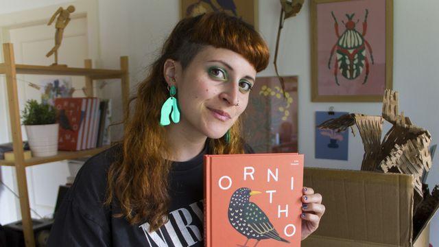 """Lisa Voisard et son livre """"Ornithorama"""". [Helvetiq]"""