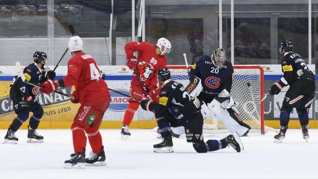 Lausanne (en rouge) et Fribourg (en noir) ont de belles ambitions pour cette saison. [Anthony Anex - Keystone]
