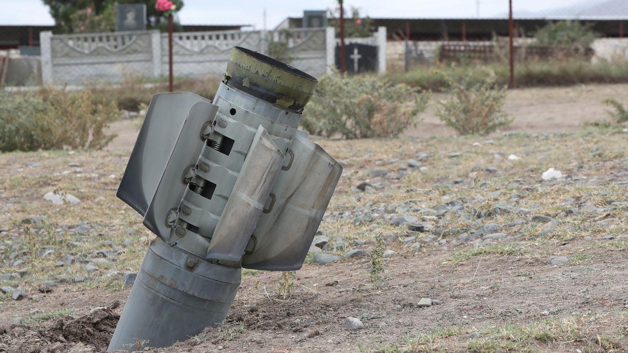Une pièce d'artillerie lourde de l'armée azerbaïdjanaise, qui n'a pas explosé, dans le village d'Yvanyan dans la région à majorité arménienne du Haut-Karabakh. [Vahram Baghdasaryan - EPA/Keystone]