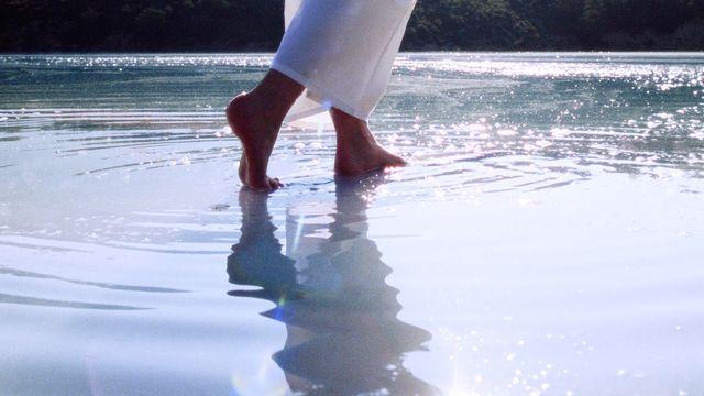 Marcher sur l'eau [monkeybusiness - Depositphotos]