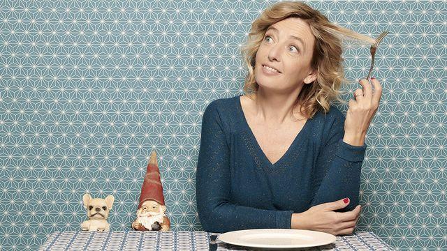 """Brigitte Rosset dans son spectacle: """"Ma cuisine intérieure: jeûner et nourrir son esprit pour donner du poids à sa vie"""". [DR]"""