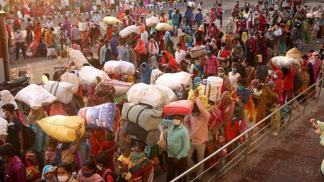 L'Inde avait organisé en mai 2020 le rapatriement plus de 3 millions de travailleurs migrants coincés dans les grandes villes à cause de la pandémie de coronavirus. [EPA/SANJEEV GUPTA - Keystone]