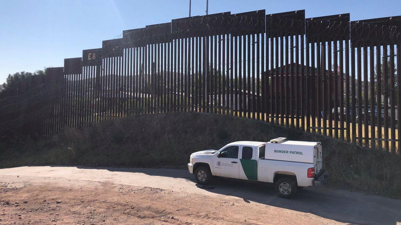 Un véhicule des gardes-frontière américains patrouillent le long du mur. [Raphaël Grand - RTS]
