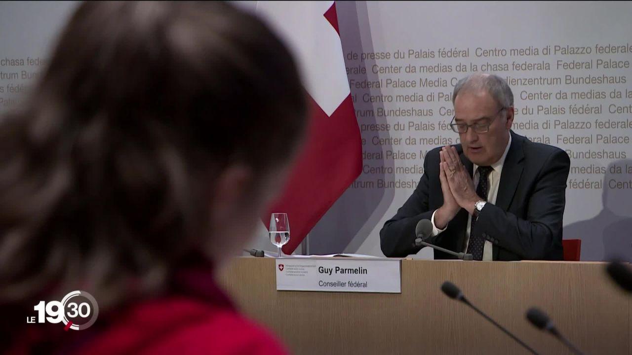 Pour Guy Parmelin, l'initiative contre le commerce de guerre menacerait l'économie et la place financière suisses. [RTS]