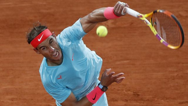 Spain's Rafael Nadal serves against Serbia's Novak Djokovic in the final match of the French Open tennis tournament at the Roland Garros stadium in Paris, France, Sunday, Oct. 11, 2020. (AP Photo/Alessandra Tarantino). [Alessandra Tarantino - AP Photo/Keystone]