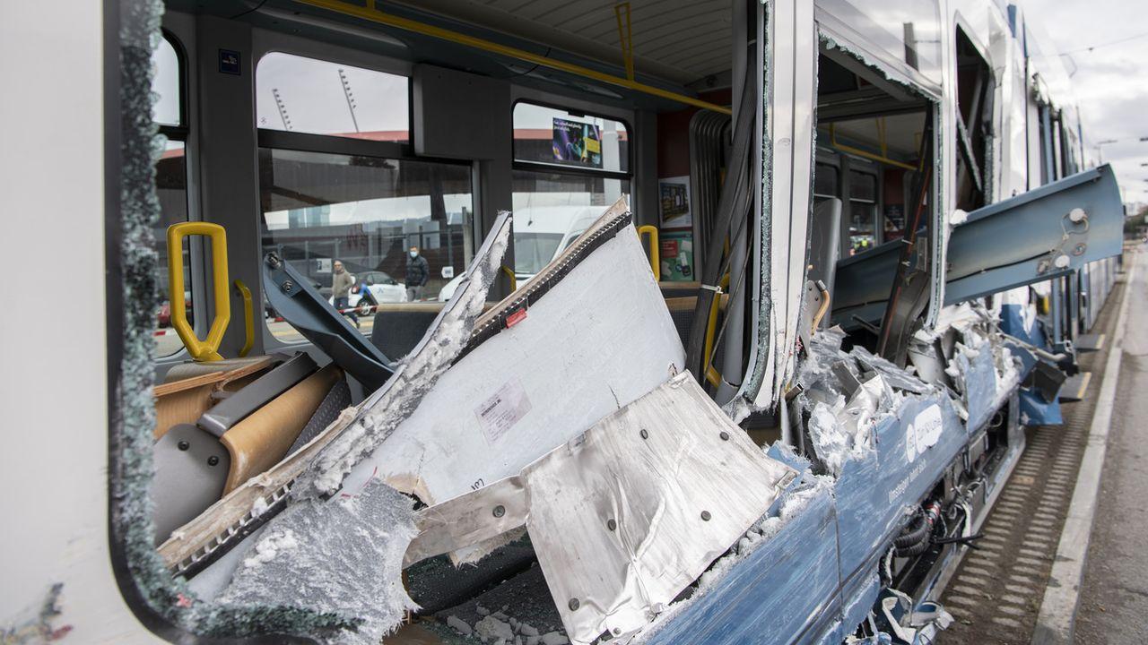 Une collision entre un tram zurichois et un camion a fait 14 blessés à Zurich lundi. [Ennio Leanza - Keystone]