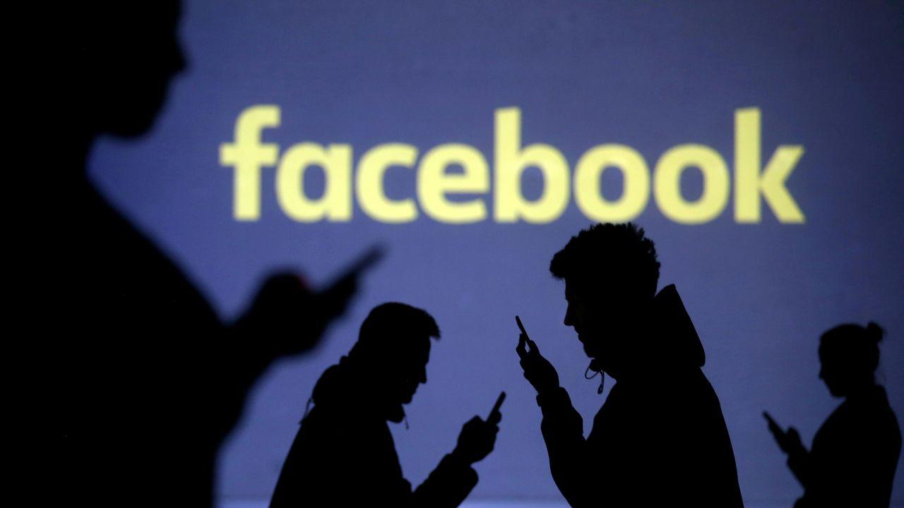 """Facebook va désormais supprimer tous les contenus """"niant ou déformant"""" la Shoah, un nouveau durcissement de ses règles de modération des contenus. [Dado Ruvic - Reuters]"""