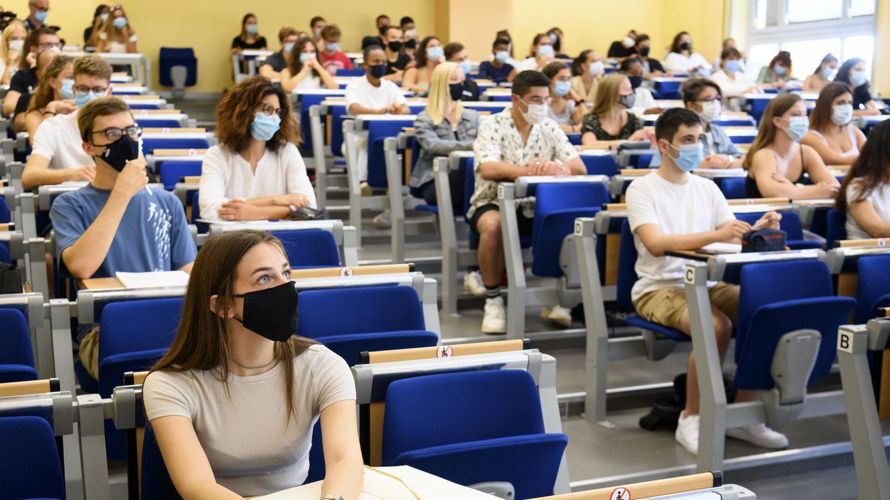 Des étudiants de l'université de Neuchâtel portent le masque. [Laurent Gillieron - Keystone]