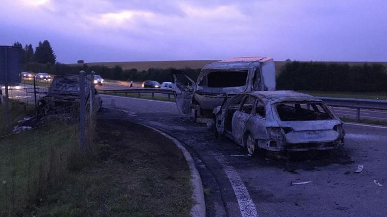 Plusieurs véhicules ont été incendiés après le braquage survenu sur l'A1. [Source: police vaudoise]