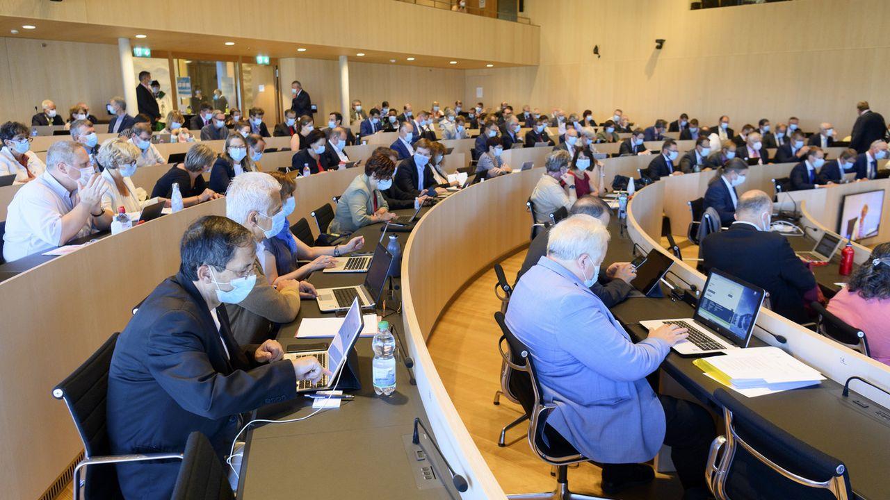 Les membres du Grand Conseil vaudois siègent masqués à Lausanne. [Laurent Gillieron - Keystone]
