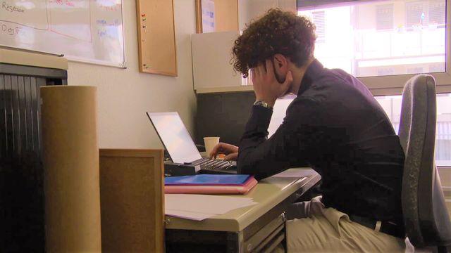 L'isolement des employés en télétravail peut être un facteur menant au burnout. [RTS]