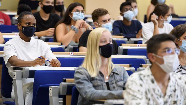 Des étudiants masqués le jour de la rentrée à l'Université de Neuchâtel, le 14 septembre 2020. [Laurent Gillieron - Keystone]