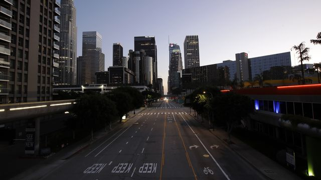 Les rues du centre de Los Angeles sont quasiment vides, le 1er avril 2020. [Marcio Jose Sanchez - Keystone/AP photo]