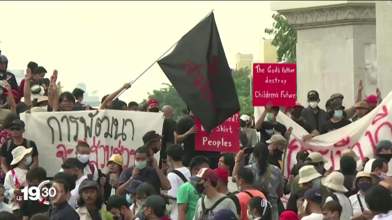 À Bangkok, en Thaïlande, les étudiants manifestent et réclament la démission du Premier ministre et plus de démocratie. [RTS]