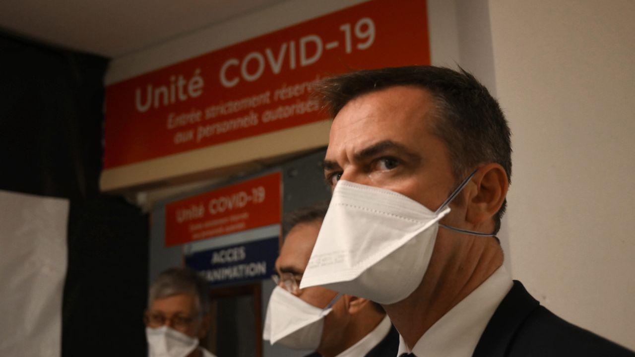 Olivier Véran, l'actuel ministre de la santé, fait partie des membres ou ex-membres du gouvernement français à être touchés par cette vague de perquisitions dans l'enquête sur la gestion de la crise sanitaire en France.  [Christophe Simon - keystone]
