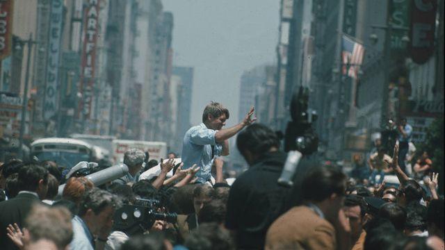 Bob Kennedy en campagne électorale en 1968. [Jean-Jacques Lagrange - RTS]
