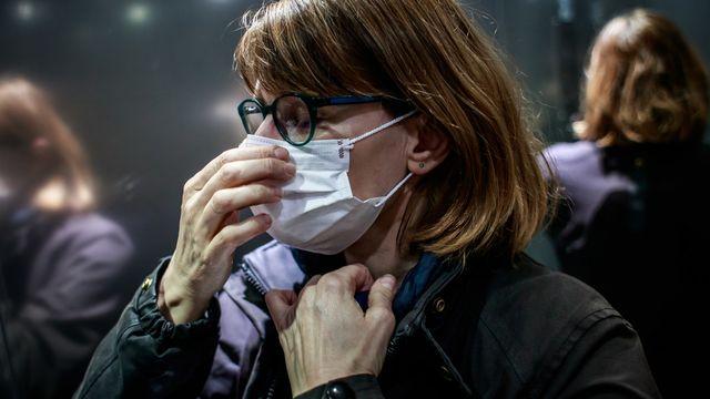 Le coronavirus est très présent dans la presse suisse allemande.  [Christophe Petit  - EPA/Keystone ]