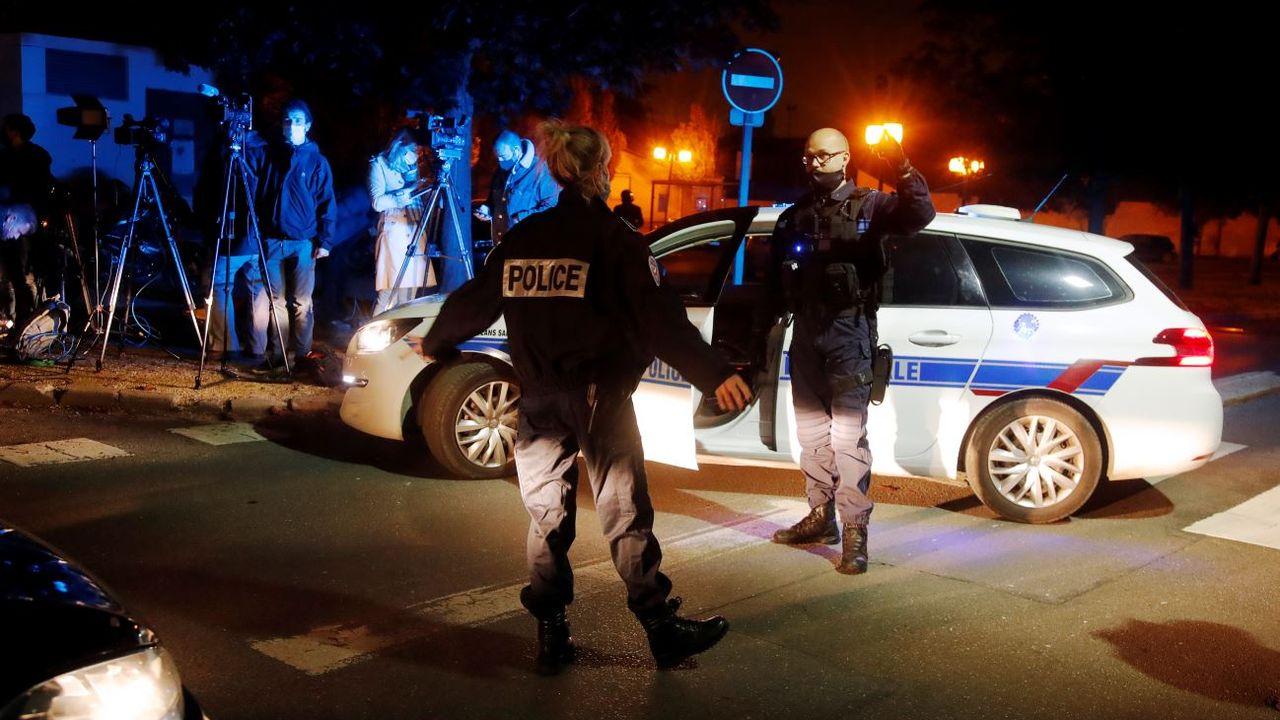 Des policiers près du lieu de l'attaque à Conflans Sainte-Honorine. [Charles Platiau - Reuters]