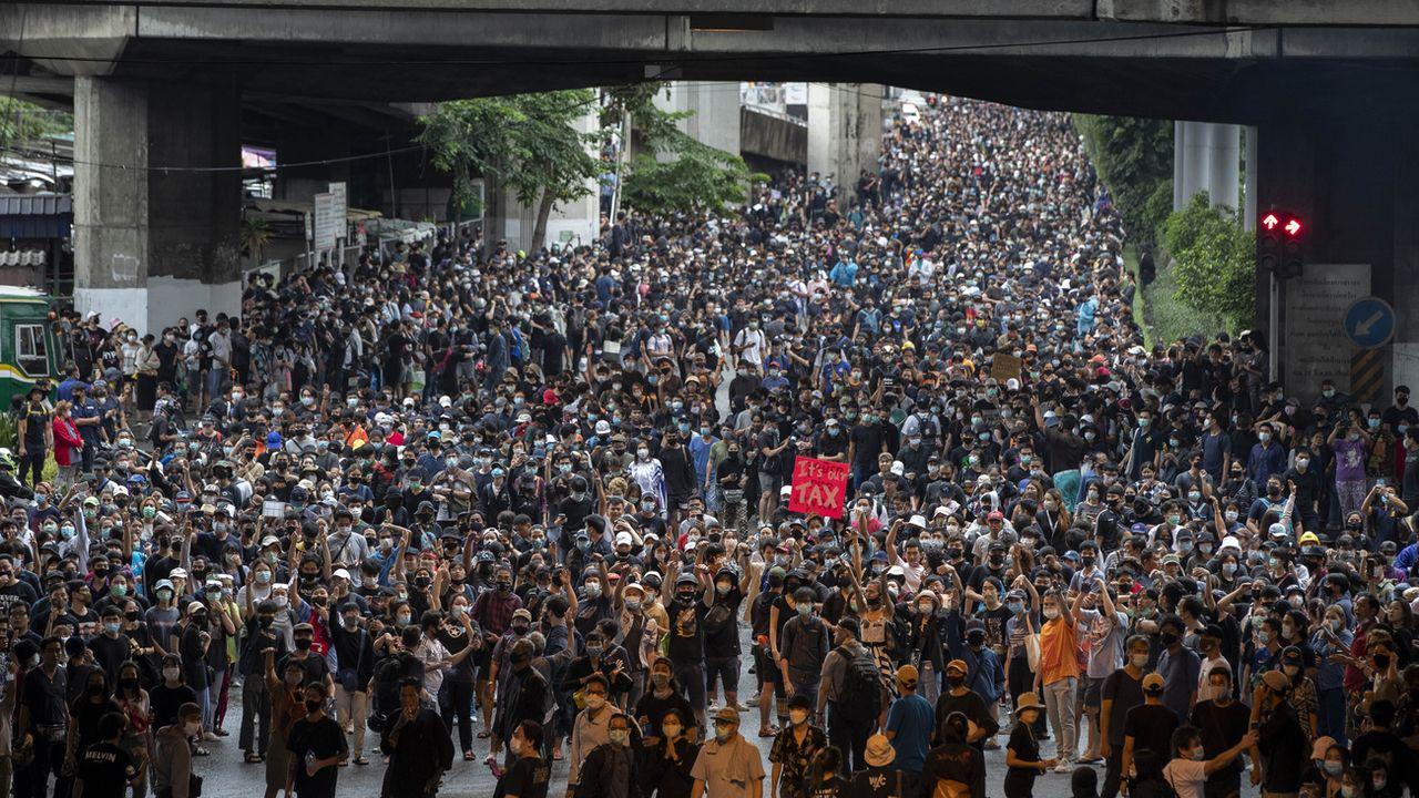 Des dizaines de milliers de manifestants dans les rues de Bangkok, malgré l'interdiction. [Gemunu Amarasinghe - Keystone/AP]