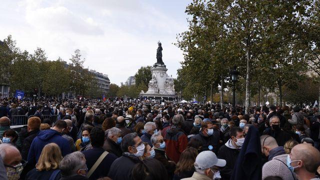 Des milliers de personnes rassemblées à Paris en hommage au professeur décapité. [Yoan Valat - Keystone/EPA]