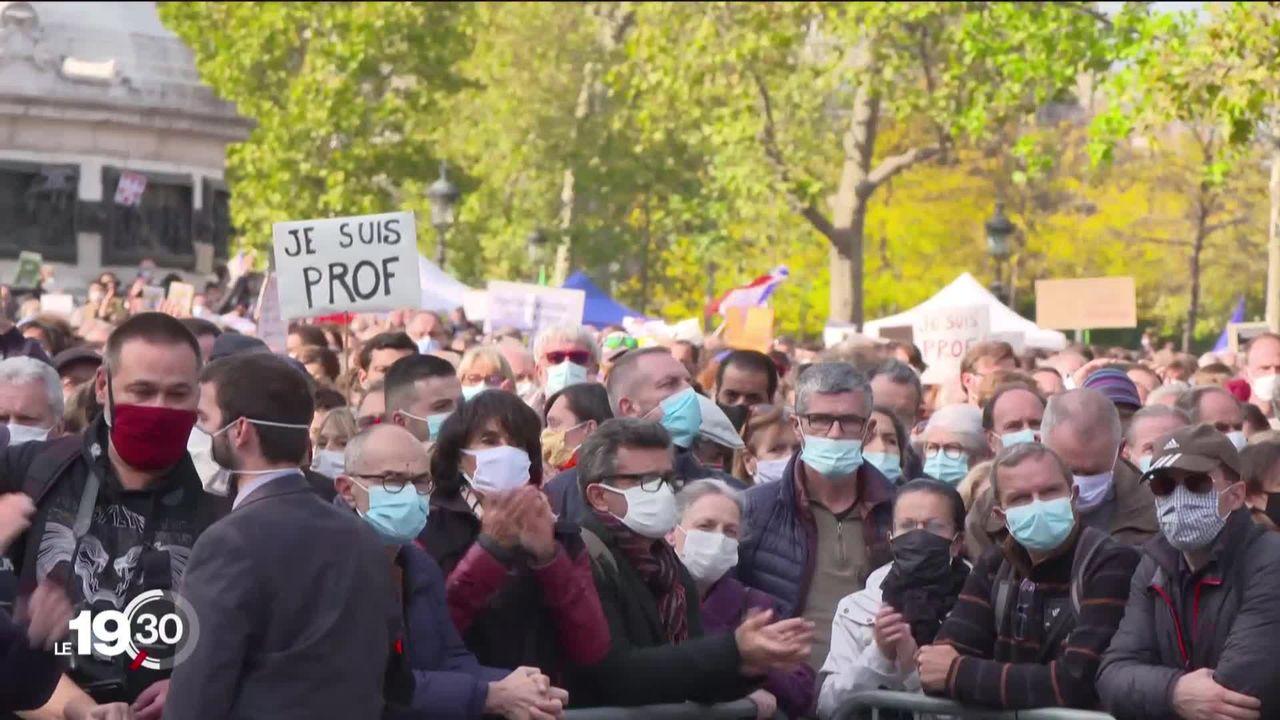 Des dizaines de milliers de personnes rassemblées un peu partout en France pour rendre hommage au professeur décapité. [RTS]