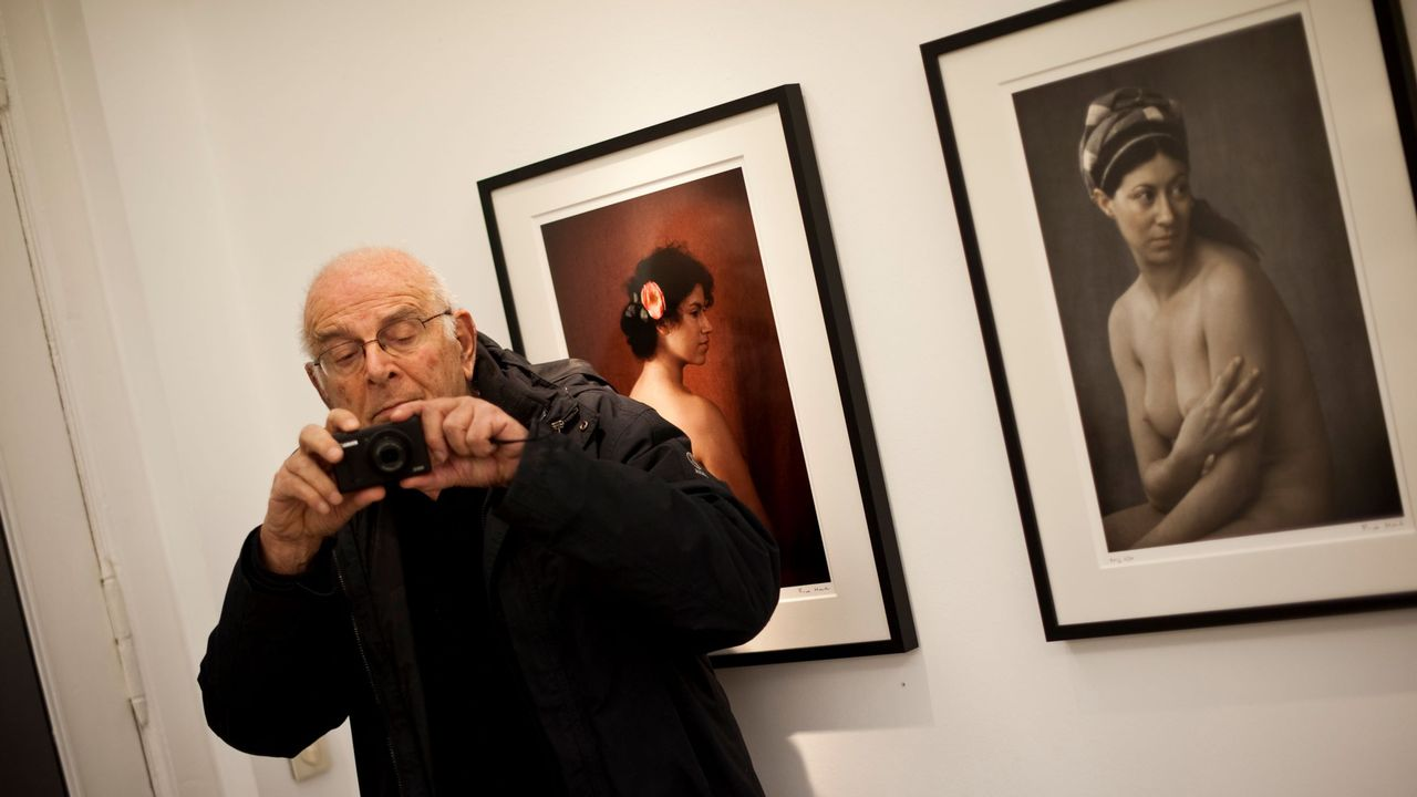 Frank Horvat durant une de ses expositions à Berlin, en 2012. [ JOHN MACDOUGALL - AFP PHOTO]
