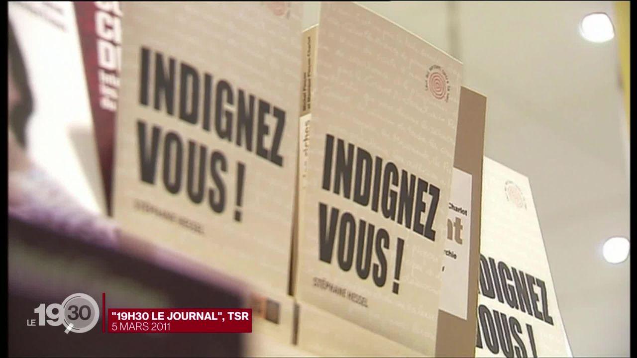 """Dix ans après sa parution, """"Indignez-vous!"""", le livre phénomène de Stéphane Hessel, est devenu un succès de librairie. [RTS]"""