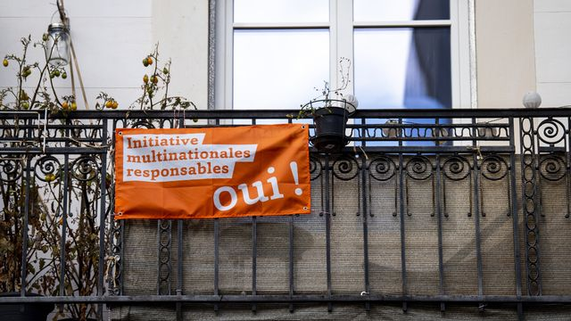 Un drapeau en faveur de l'initiative multinationales responsables. [Jean-Christophe Bott - Keystone]