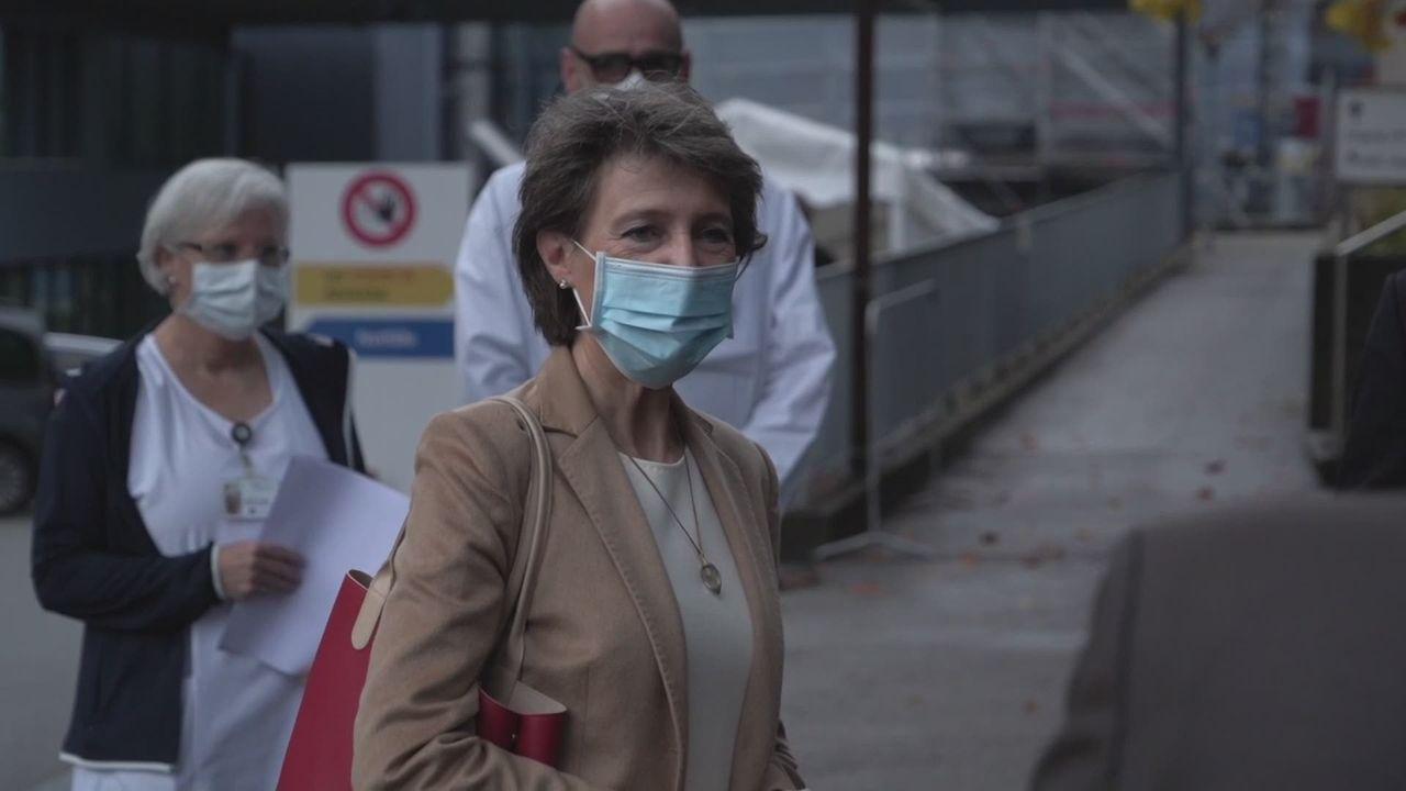 Sommaruga dans un hôpital pour apporter son soutien au personnel [RTS]