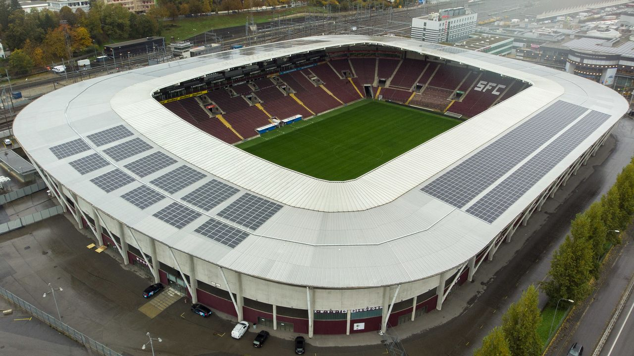 La centrale solaire des Services industriels de Genève déploie ses 3064 panneaux solaires sur une surface 5000 mètres carrés sur le toit du stade de Genève. 26 octobre 2020. [Salvatore Di Nolfi - Keystone]
