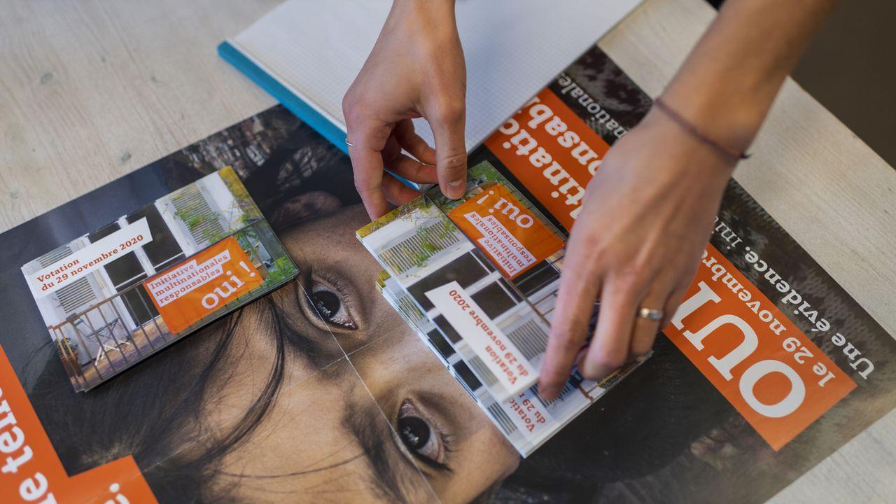 """Des affiches et cartes postales de l'initiative """"multinationales responsables"""". [Jean-Christophe Bott - Keystone]"""