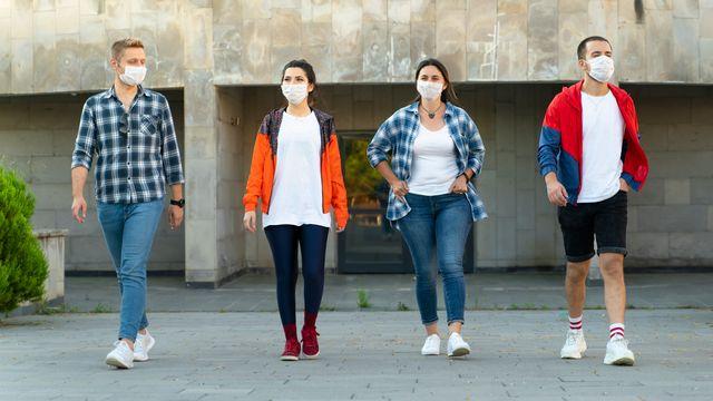 Dans certaines villes, le masque est obligatoire en extérieur. bulentbaris Depositphotos [bulentbaris - Depositphotos]