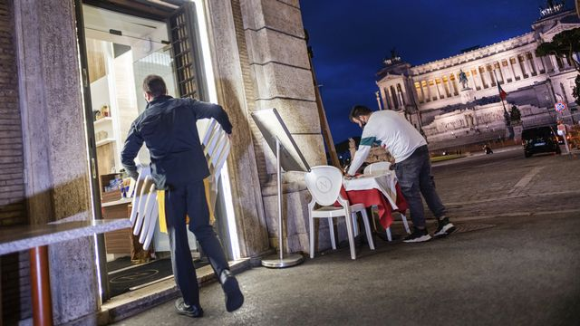 Les nouvelles mesures imposées en Italie font beaucoup de mécontents parmi les restaurateurs et les tenanciers de bars contraints de fermer dès 18 heures. [Domenico Stinellis - keystone]